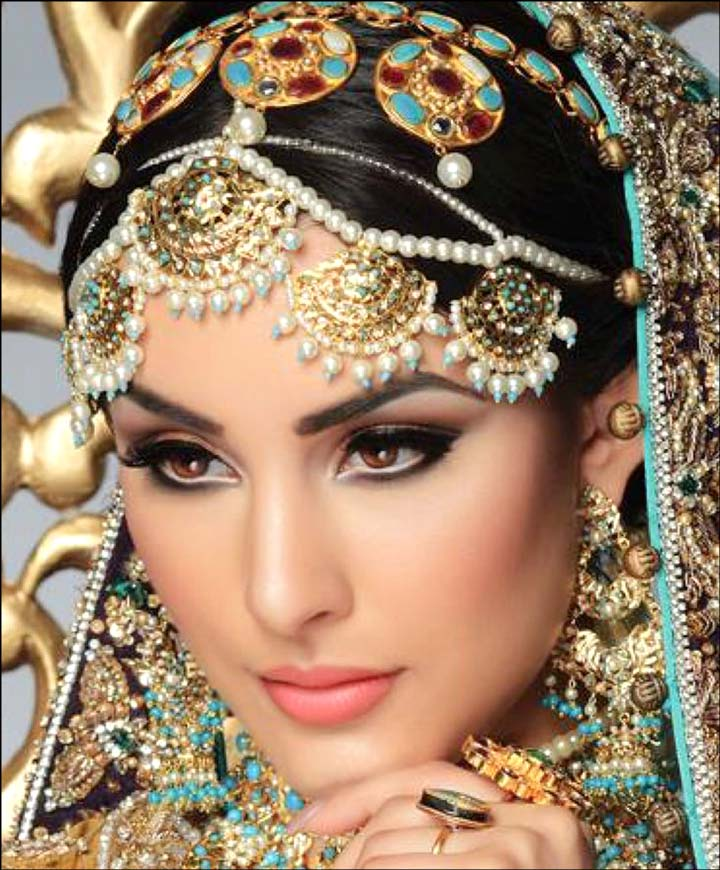 Indian bride eye makeup with gold matha patti and earring jewellery